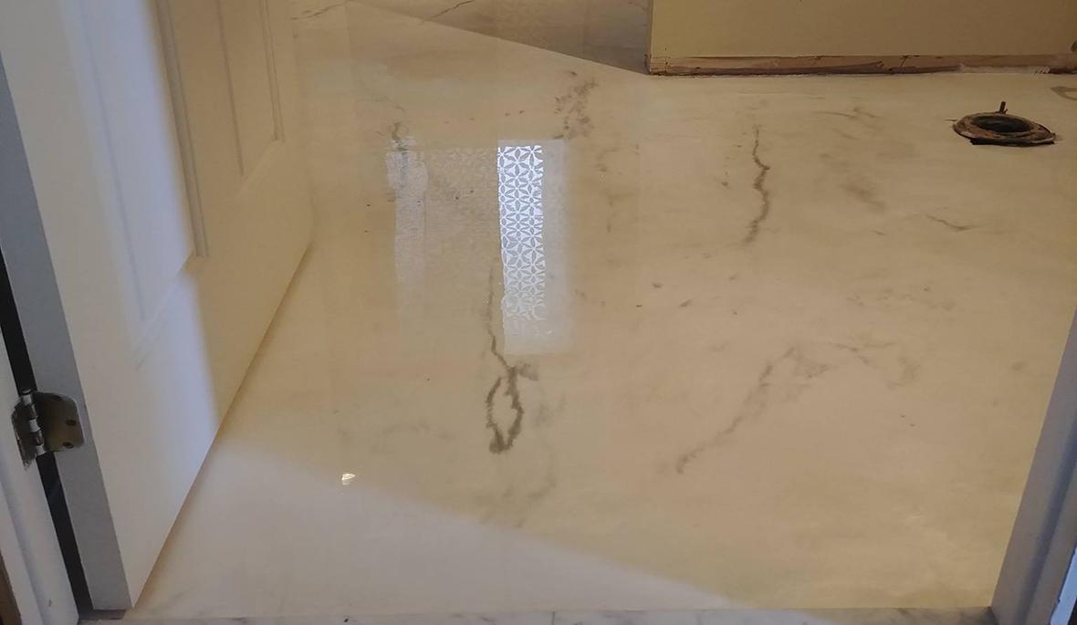 Plancher salle de bain au sous-sol époxy blanc fini métallique